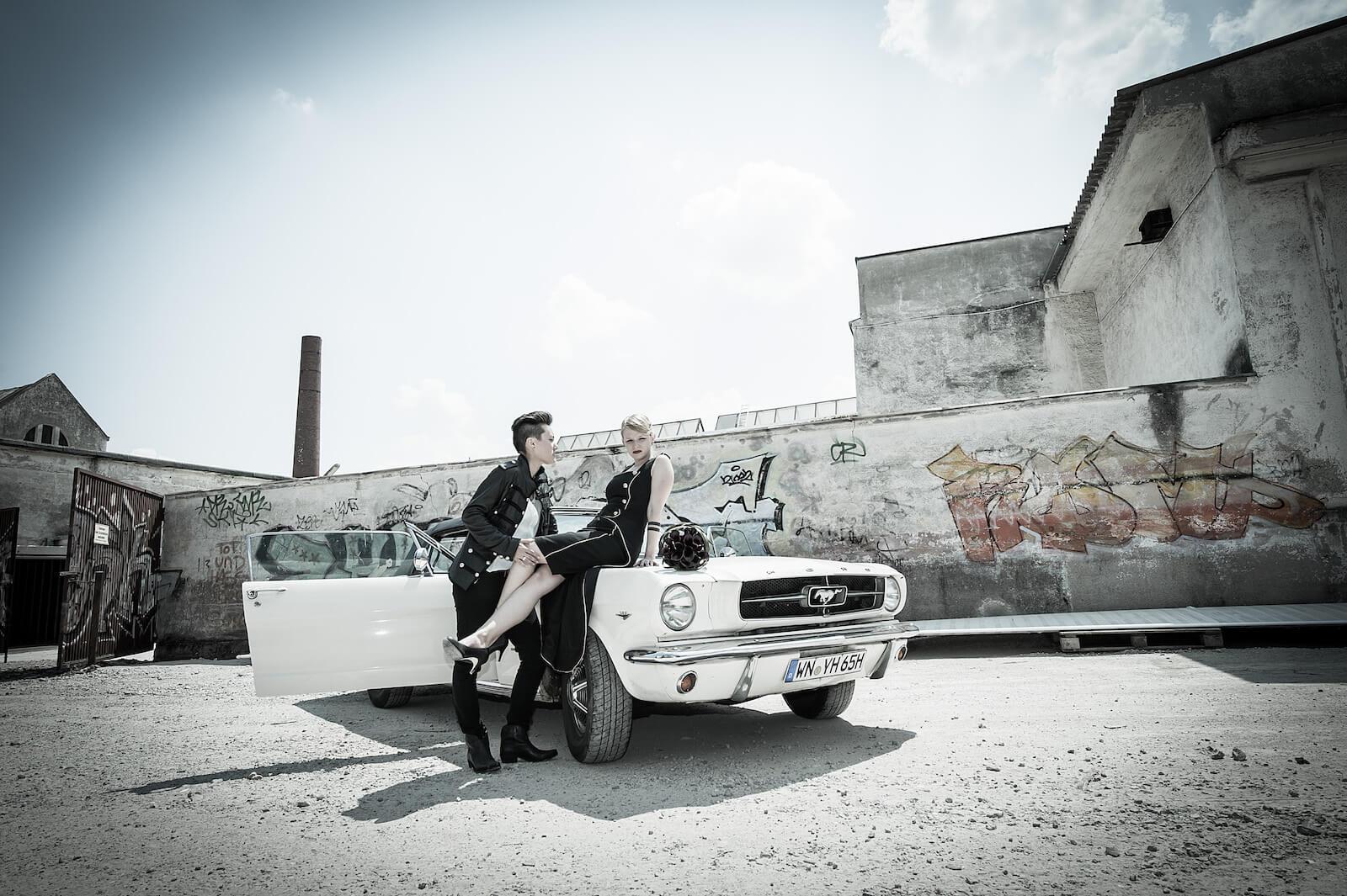 stylische Hochzeitsfotos in München - Paarshooting vor altem Fabrikgelände