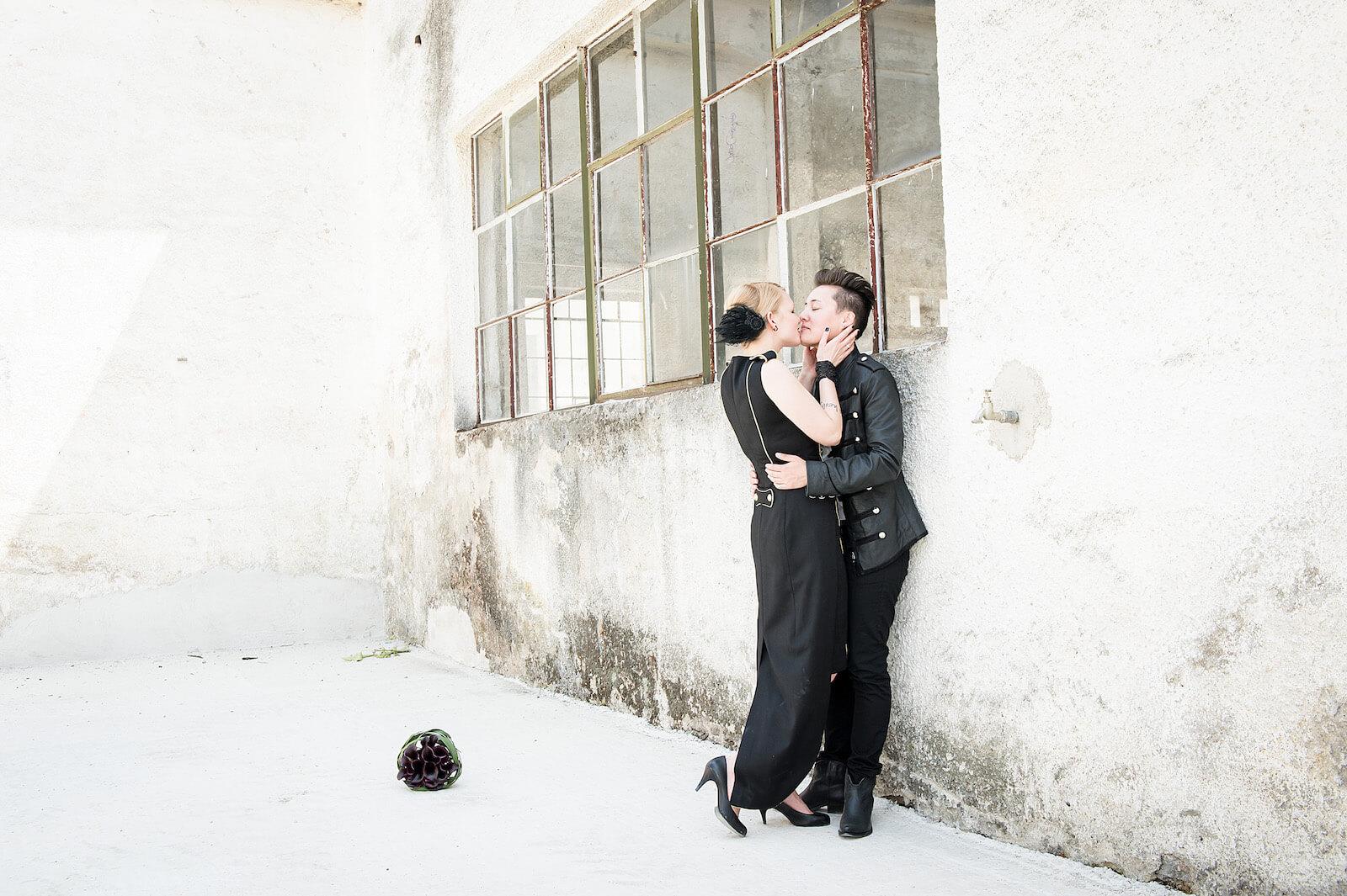 stylische Hochzeitsfotos in München - Paarshooting vor alten Fabrikfenster