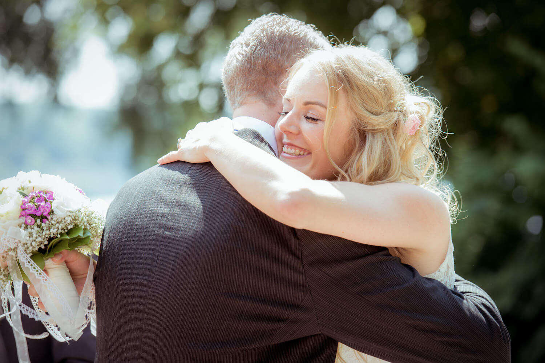 standesamtliche Trauung - Herrsching am Ammersee - Braut umarmt Brautpapa