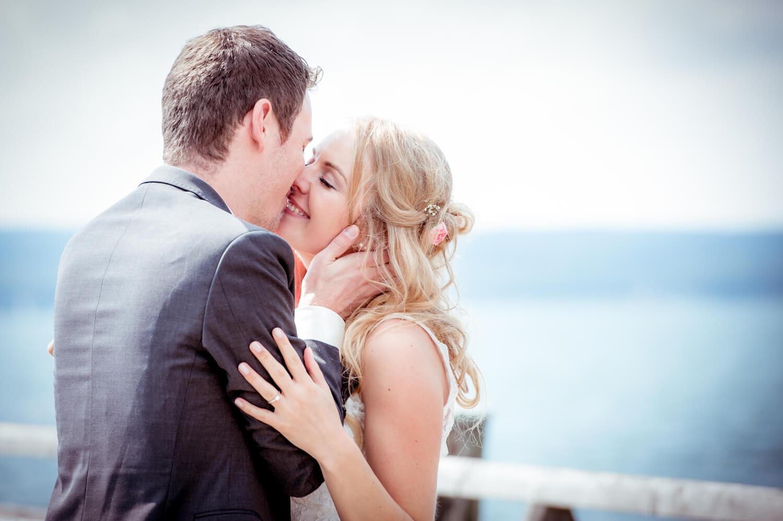 standesamtliche Trauung - Hochzeit Herrsching, Bayern - Hochzeitspaar küsst sich zärtlich am Steg, im Hintergrund der Ammersee