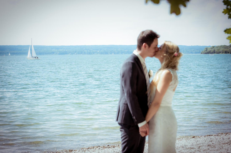 standesamtliche Trauung - Wedding in Herrsching - Braut und Bräutigam küssen sich am Ufer des Ammersees