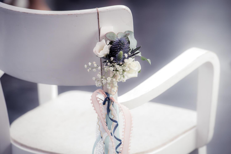 Diana und Gunter Hochzeitsfotografie - Blumen am Gästestuhl