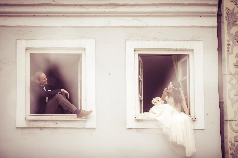 Hochzeit Bohostyle Landsberg - das Brautpaar in zwei Altstadtfenstern