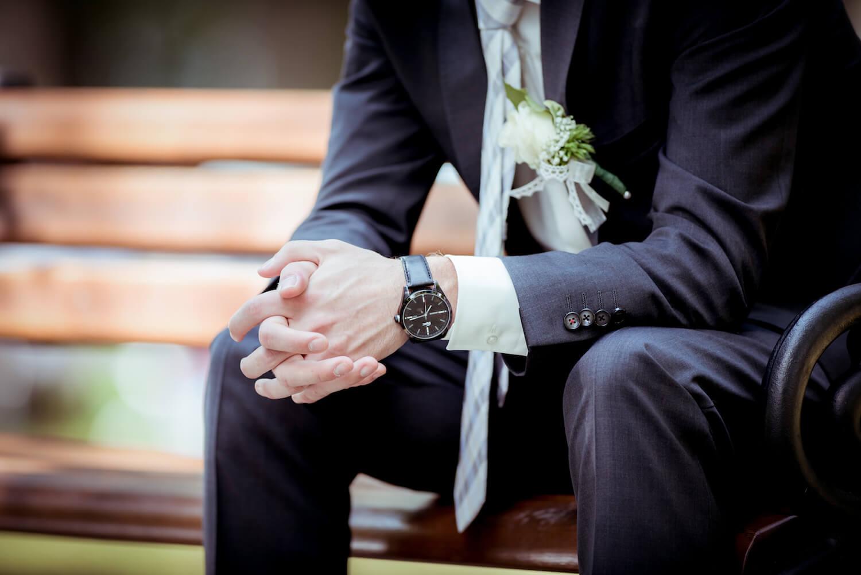 standesamtliche Trauung - Detailaufnahme eines wartenden Bräutigams auf einer Parkbank