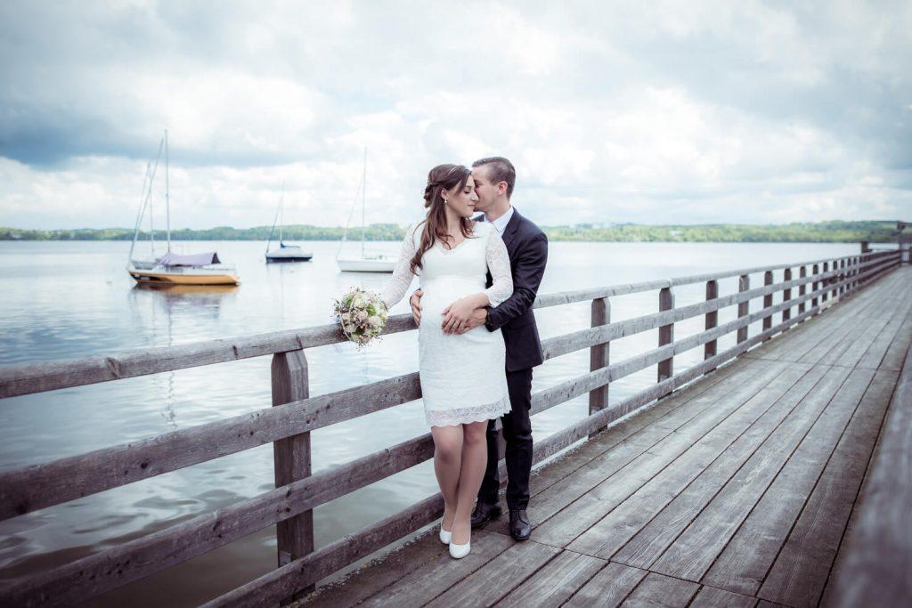 Hochzeitsfoto am Ammersee - schwangere Braut am Steg