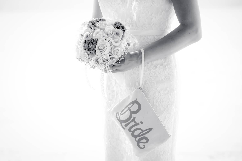 standesamtliche Trauung - Detailfoto Brauttasche mit Schriftzug Bride