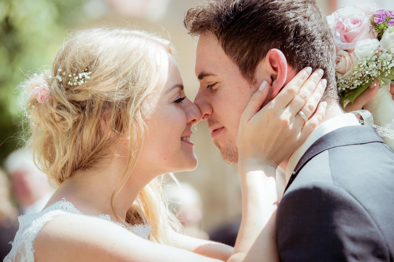 standesamtliche Trauung - Hochzeit am Ammersee - Paar kurz vor dem Kuss Nasen berühren sich