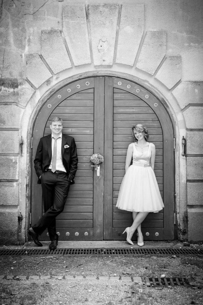 Hochzeit in Fürstenfeldbruck - Braut und Bräutigam vor herrschaftlicher Türe