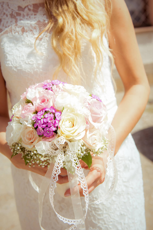 standesamtliche Trauung - Brautstrauß in Händen der Braut in weiß