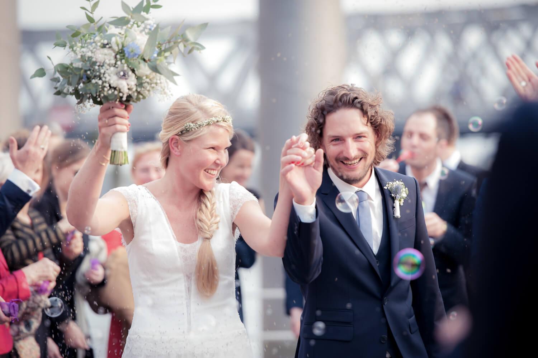 Diana und Gunter Hochzeitsfotografie - glückliches Brautpaar wird gefeiert