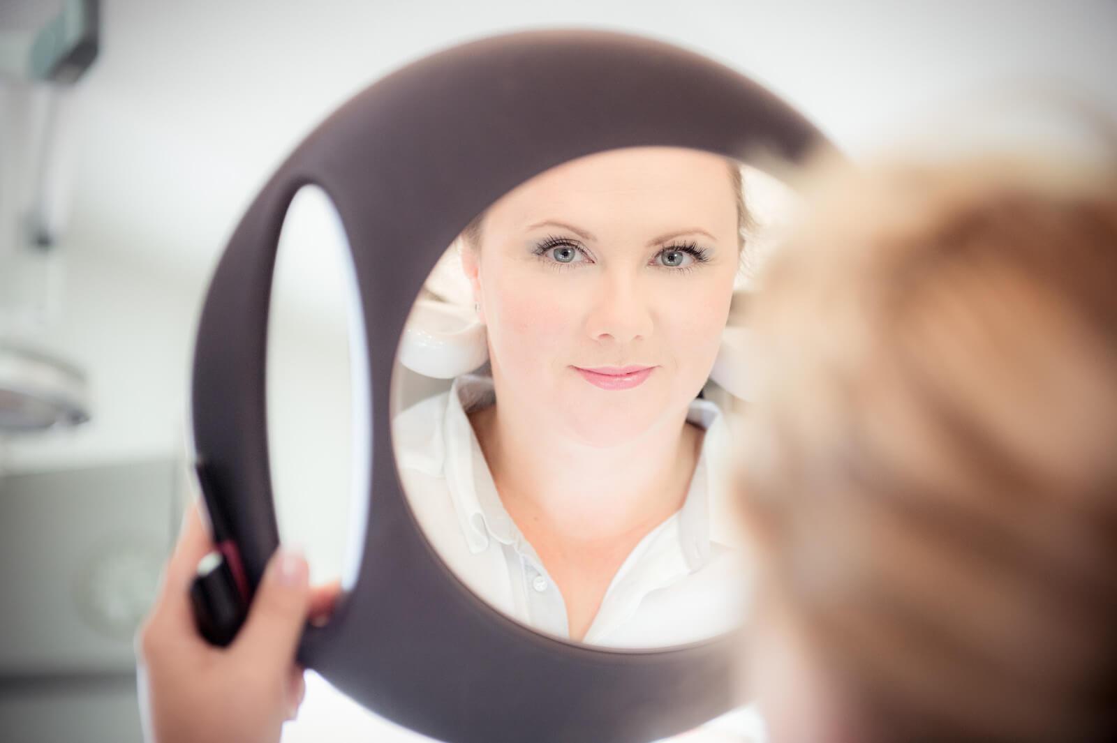 freie Trauung Ammersee - die Braut im Spiegel beim Friseur