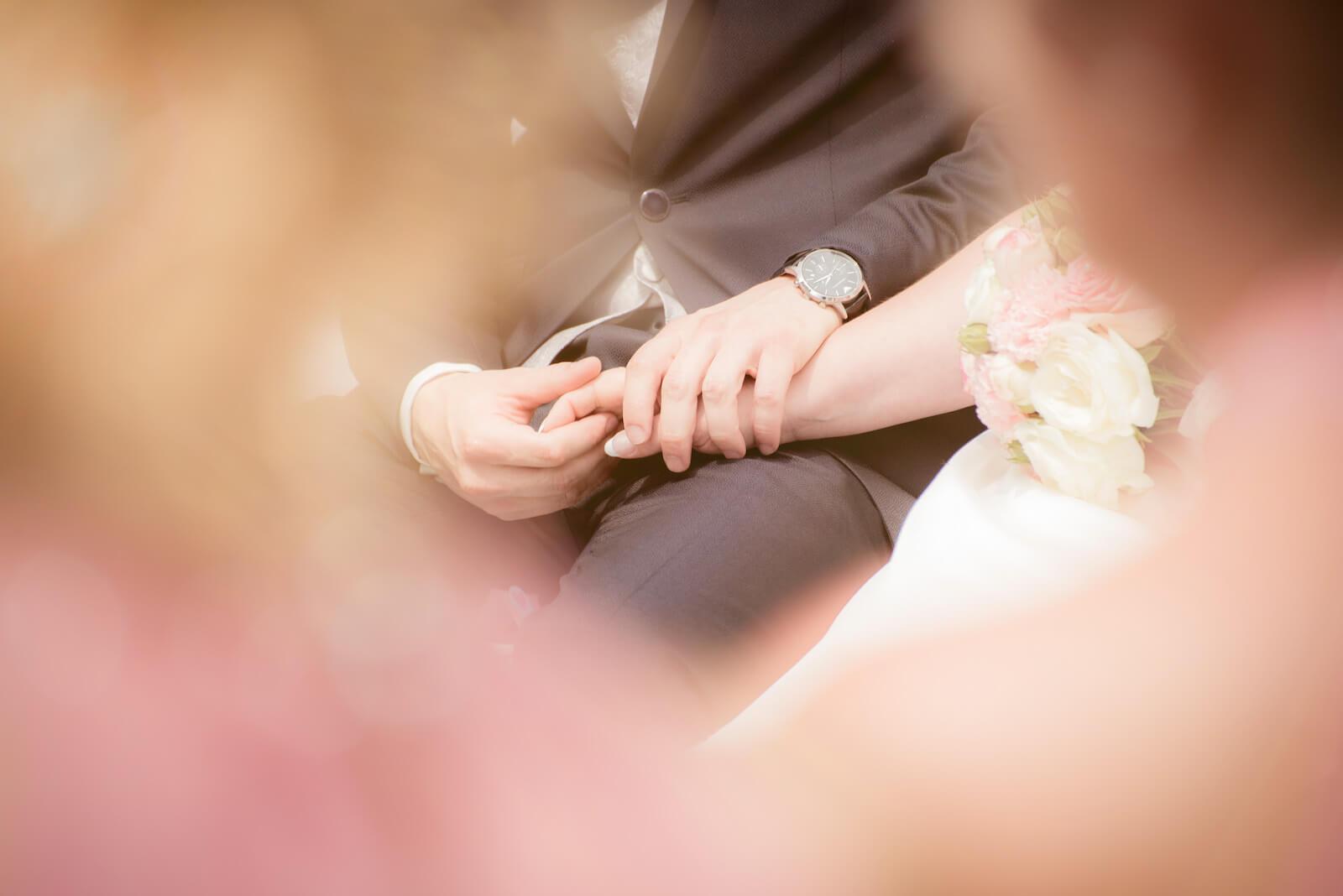 freie Trauung Ammersee - Gäste blicken auf Hände des Brautpaares