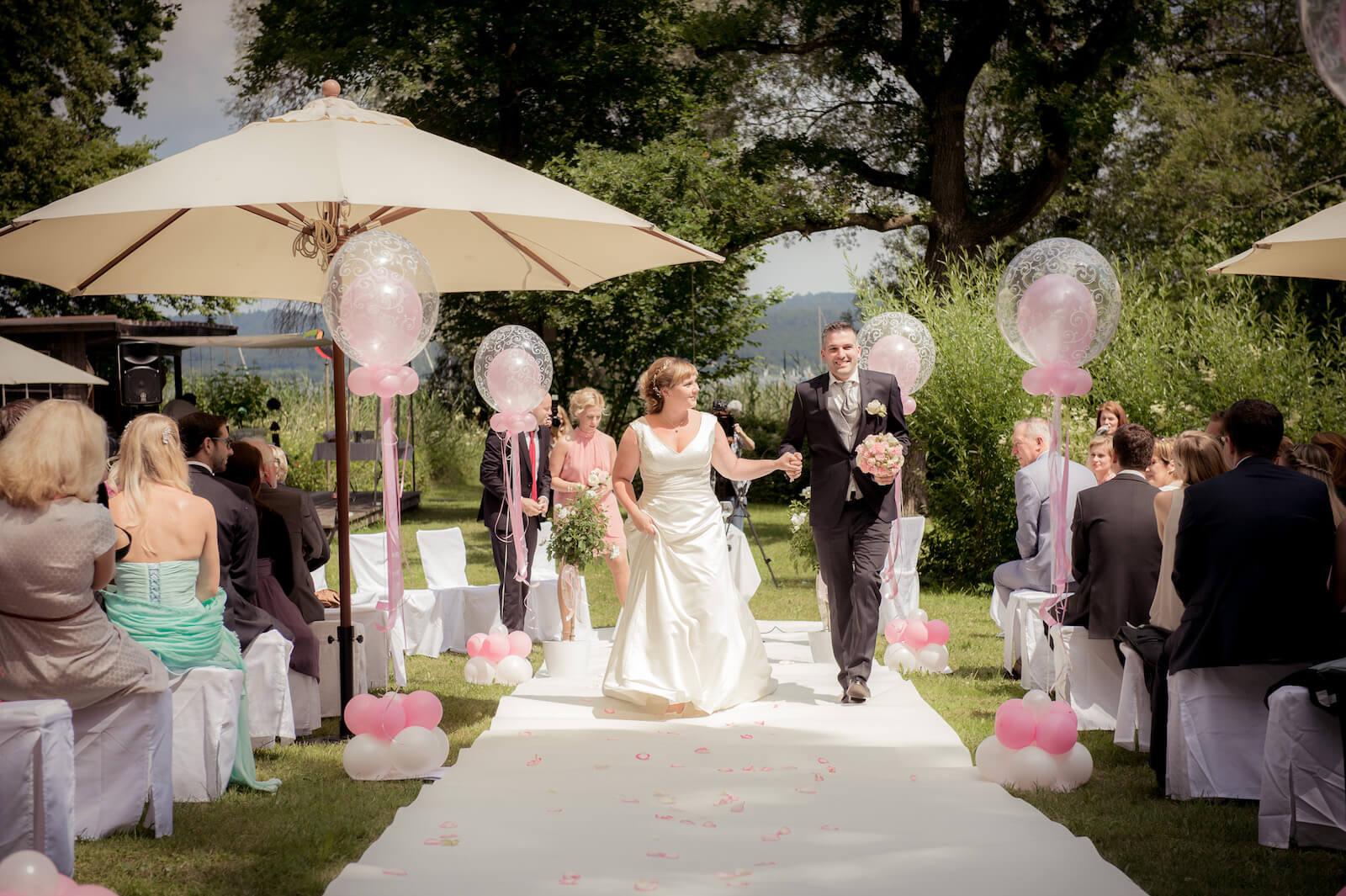 freie Trauung Ammersee - Brautpaar Auszug auf dem weißen Teppich