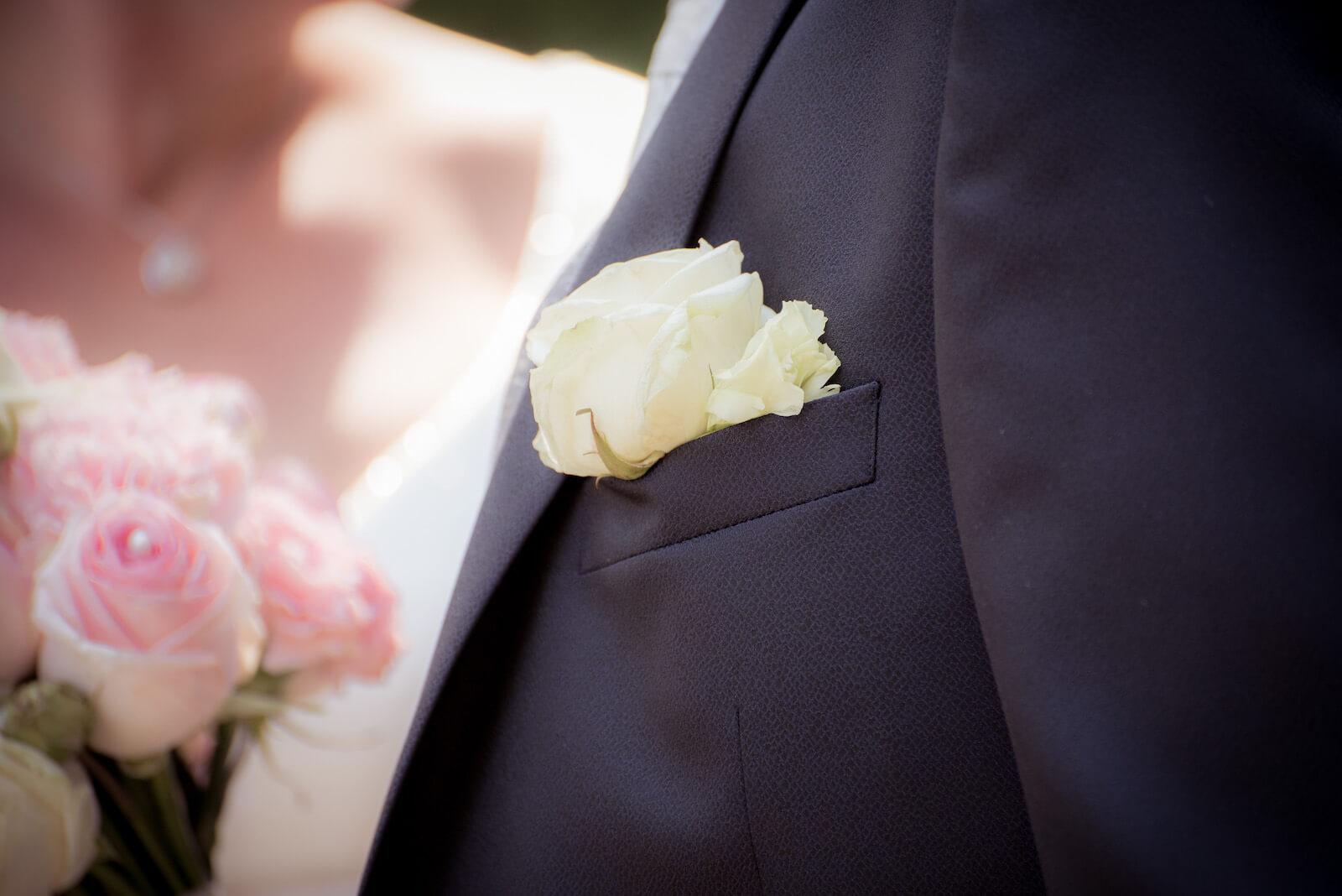 freie Trauung Ammersee - Detailaufnahme der Blume am Anzug des Bräutigams