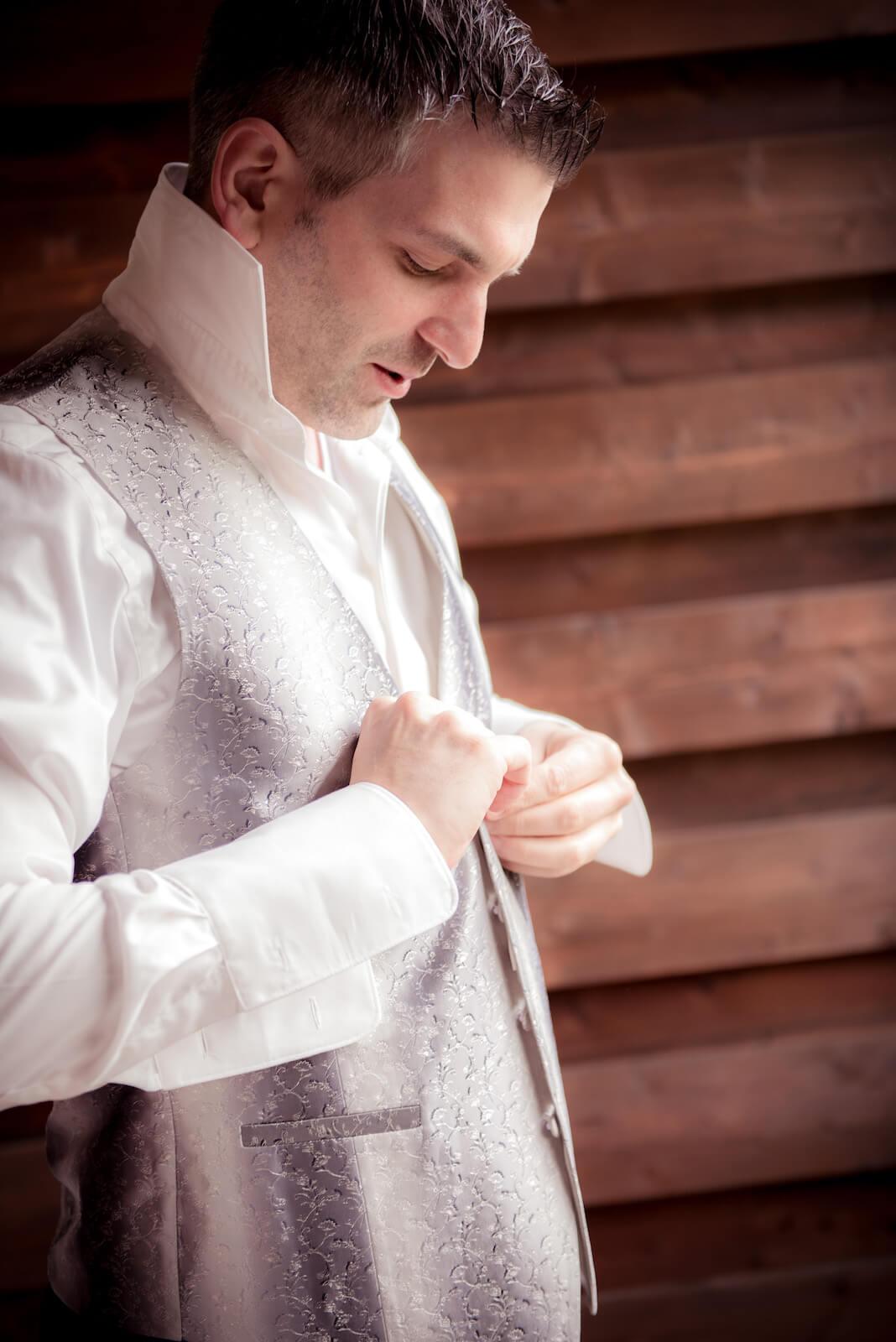 freie Trauung Ammersee - getting ready, der Bräutigam knöpft sich die Weste