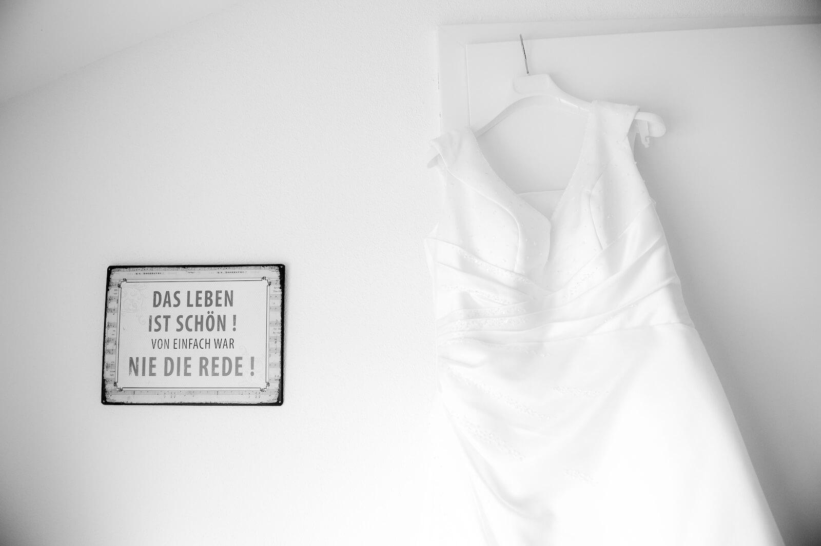 freie Trauung Ammersee - Brautkleid vor dem Einsatz