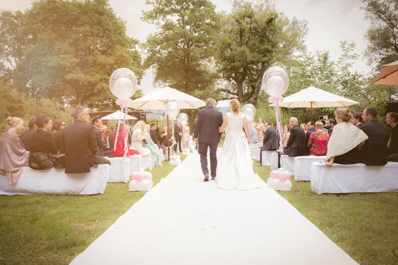 freie Trauung Ammersee - Einzug der Braut mit Papa auf weißem Teppich