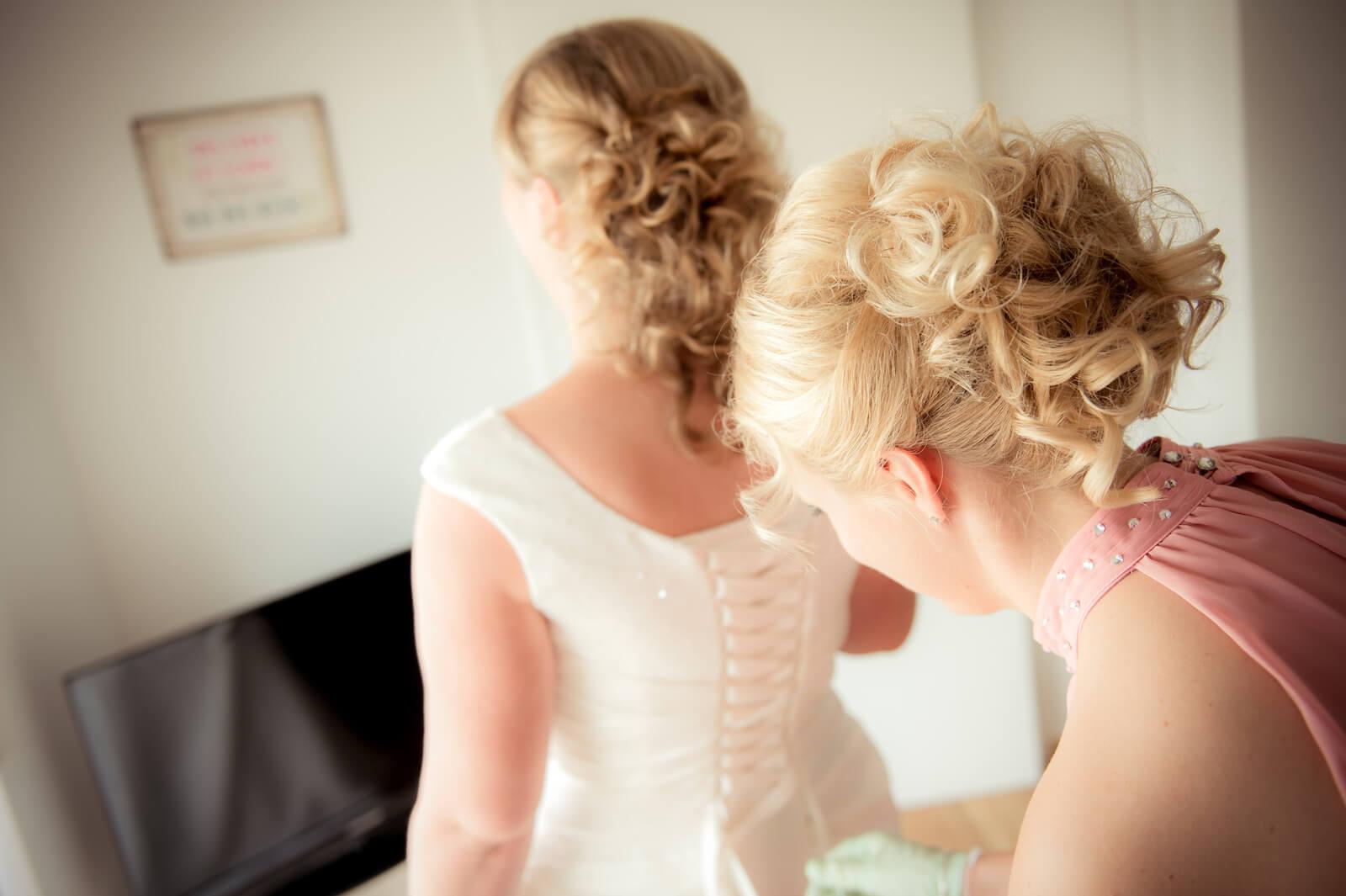 freie Trauung Ammersee - getting ready, das Brautkleid wird geschnürt