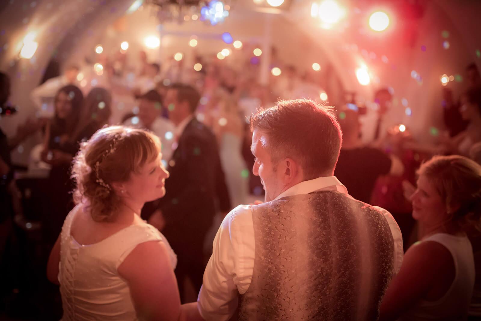 freie Trauung Ammersee - das Brautpaar am Abend bei der Feier