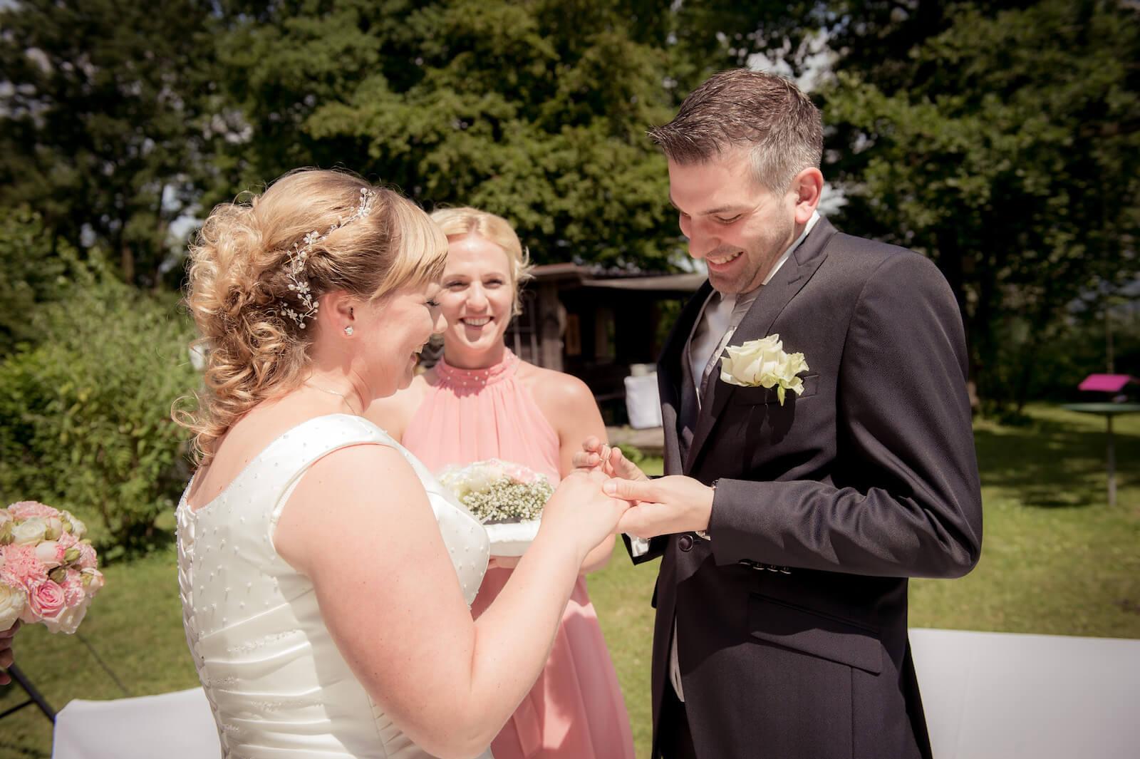 freie Trauung Ammersee - Bräutigam steckt seiner Braut den Ring an
