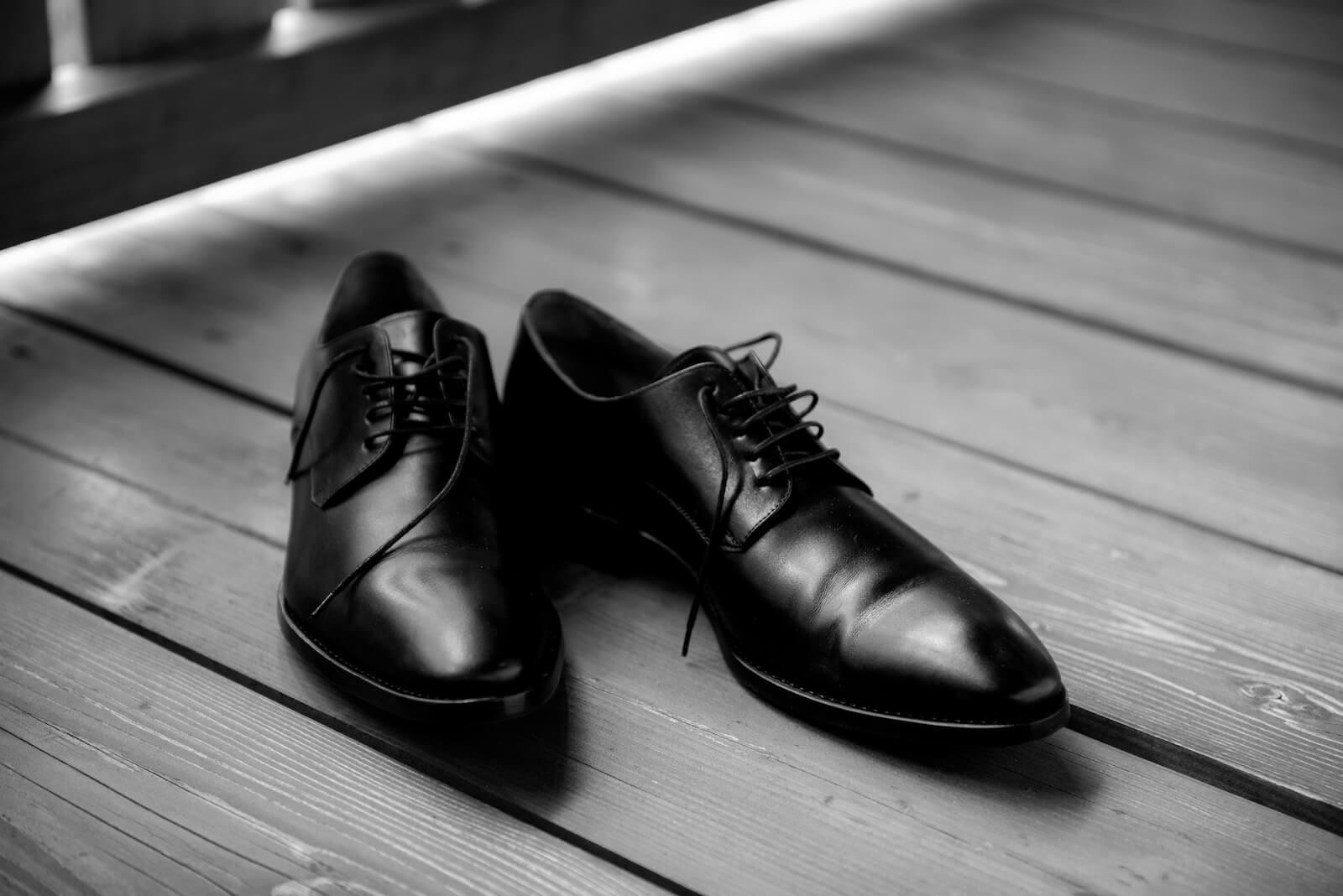 freie Trauung Ammersee - schwarze Schuhe des Bräutigams