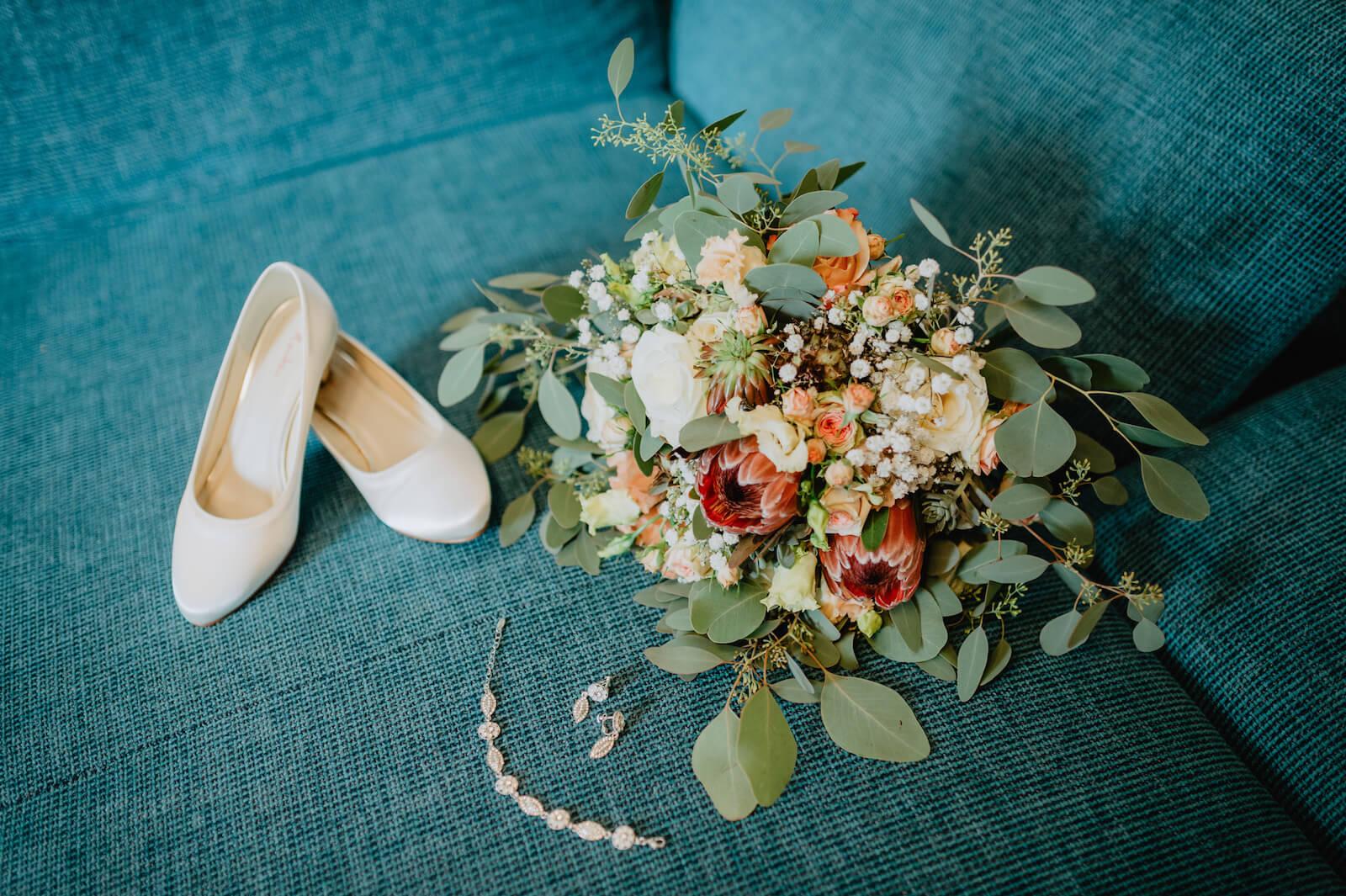 Gartenhochzeit Buchloe - Brautschuhe, Brautschmuck und Brautstrauß