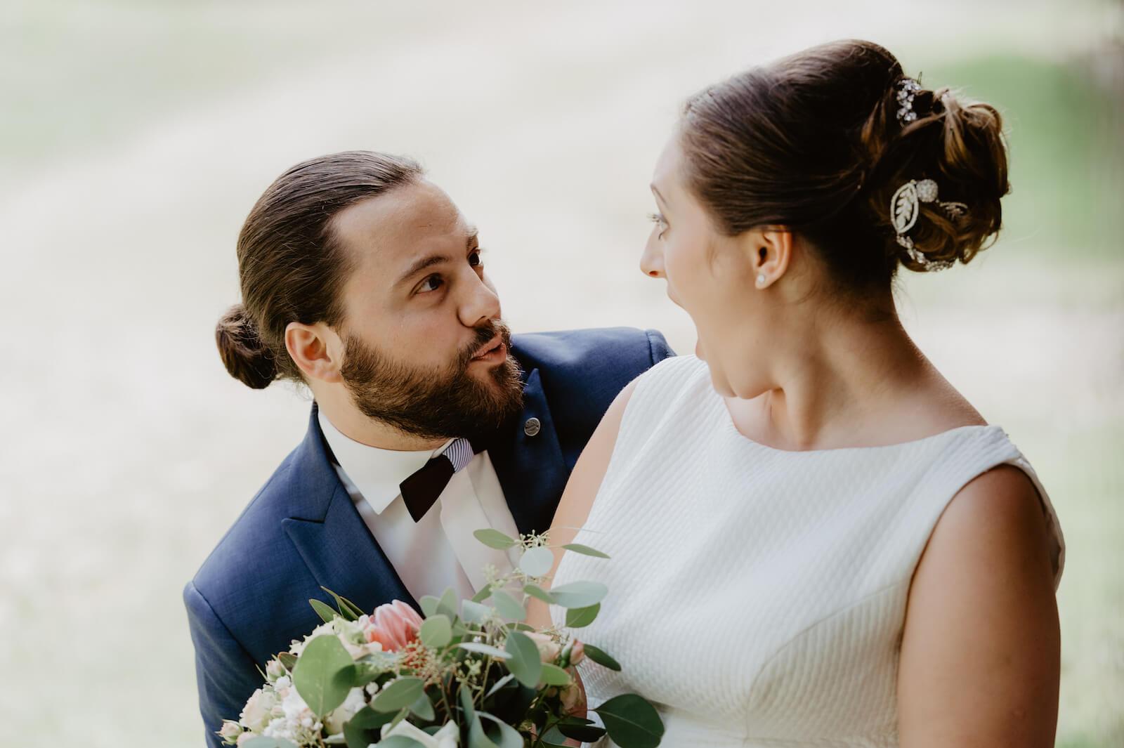 Gartenhochzeit Buchloe - Brautpaar mit viel Witz vor der Kamera
