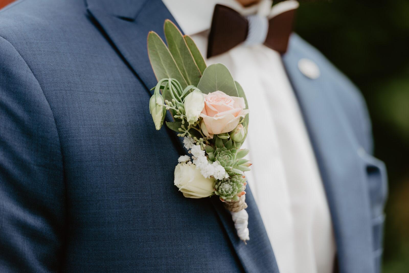 Gartenhochzeit Buchloe - Blumenschmuck am Anzug des Bräutigams