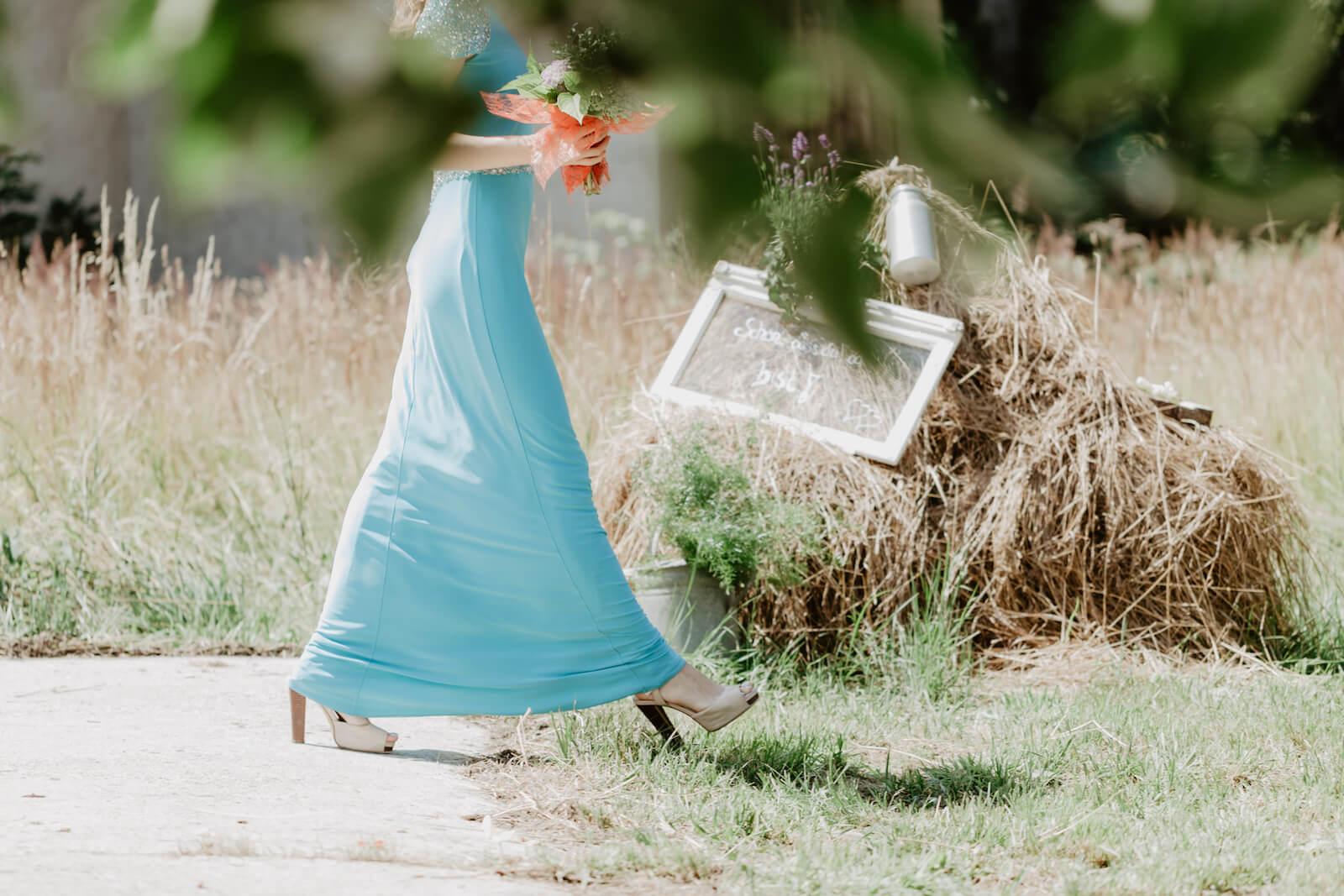 Gartenhochzeit Buchloe - Brautjungfer betritt den dekorierten Garten