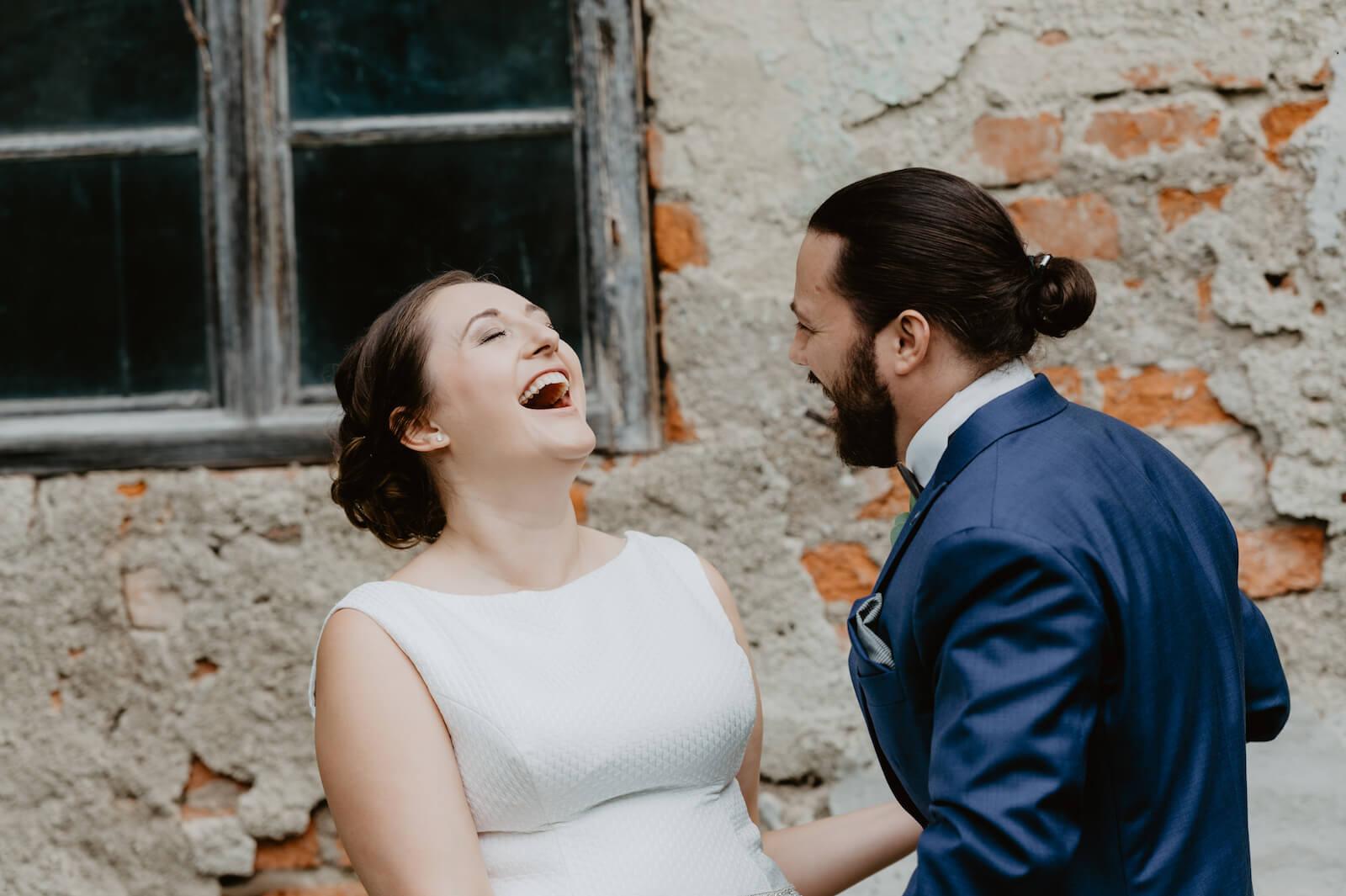 Gartenhochzeit Buchloe - Brautpaar lachend während dem Paarshooting