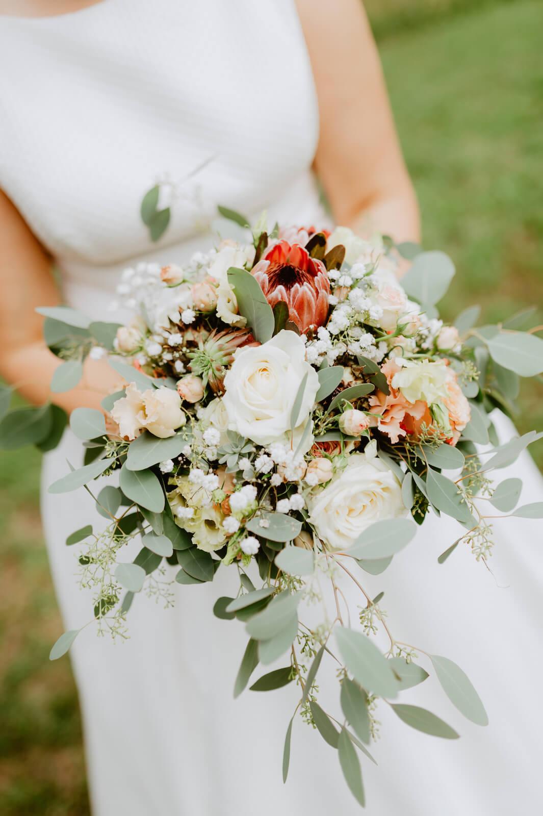Gartenhochzeit Buchloe - Brautstrauß in den Händen der Braut