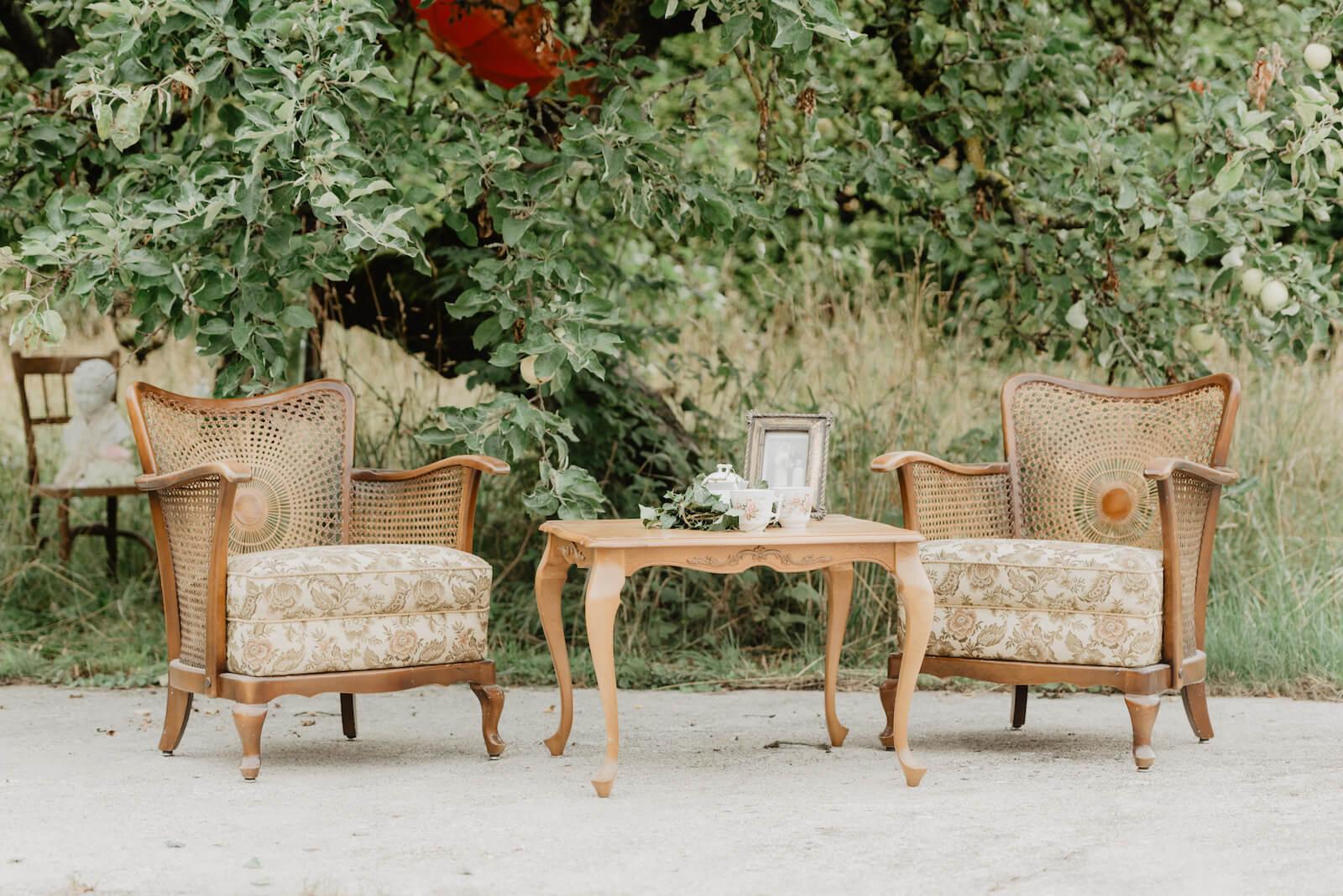 Gartenhochzeit Buchloe - Dekoration im Garten mit antiken Möbelstücken