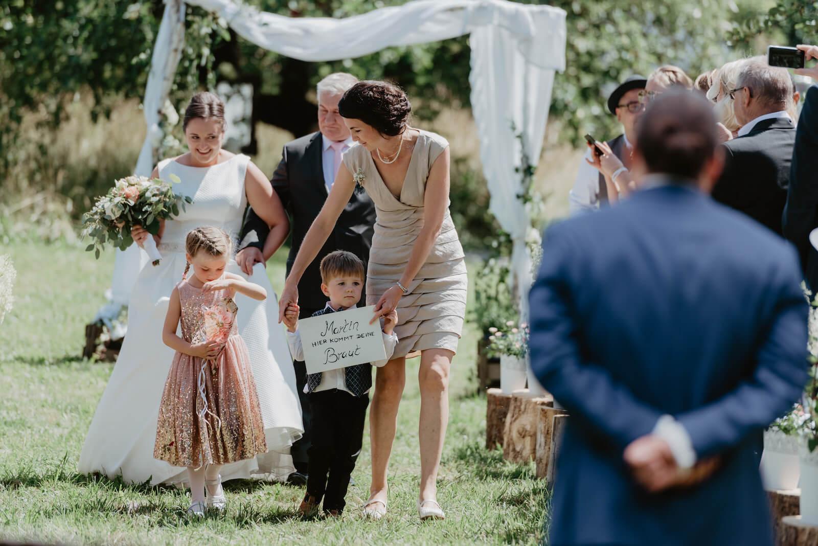 Gartenhochzeit Buchloe - Einzug der Braut hinter zwei Kindern