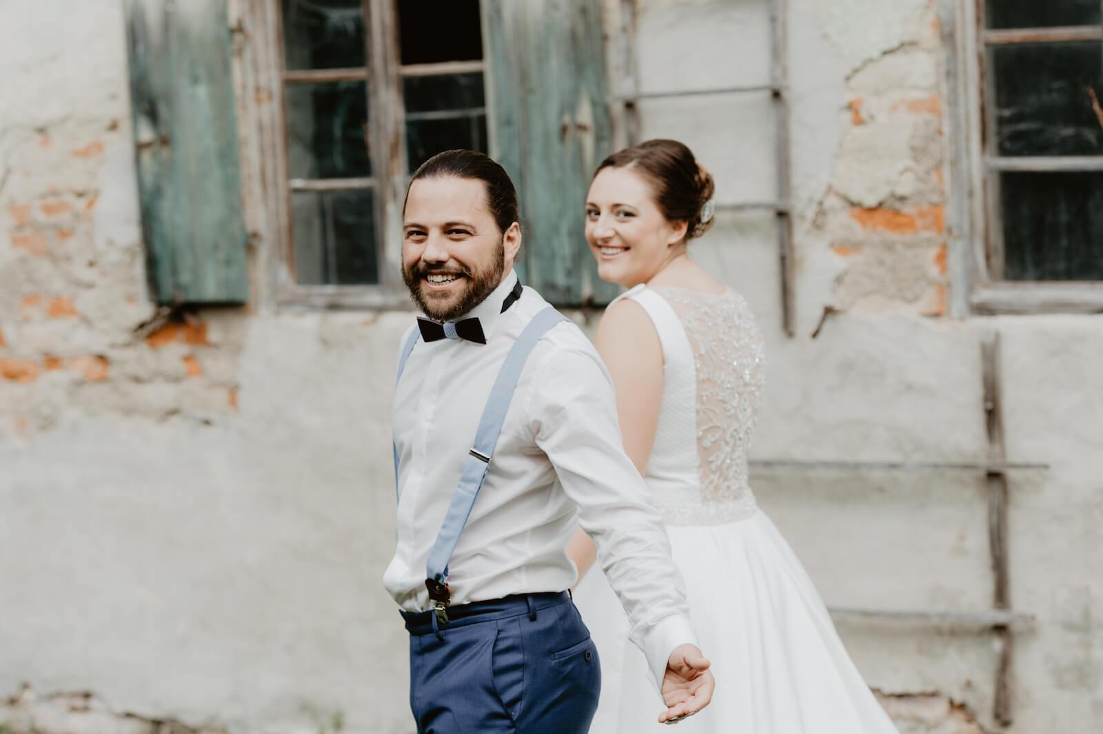 Gartenhochzeit Buchloe - Brautpaar während dem Fotoshooting
