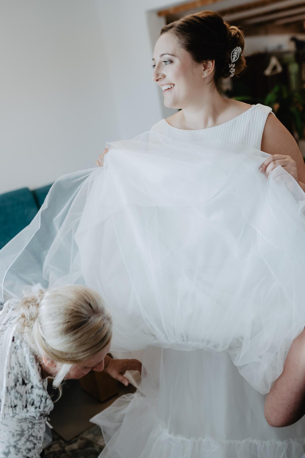 Gartenhochzeit Buchloe - Mutter und Braut beim Anziehen des Brautkleides
