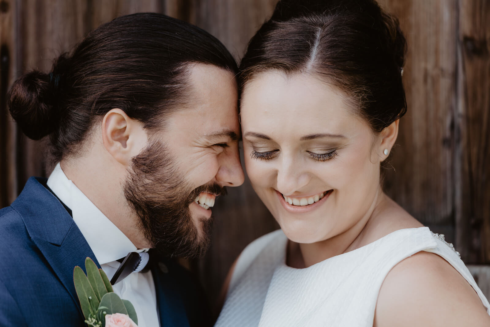 Gartenhochzeit Buchloe - Braut und Bräutigam innig und verliebt