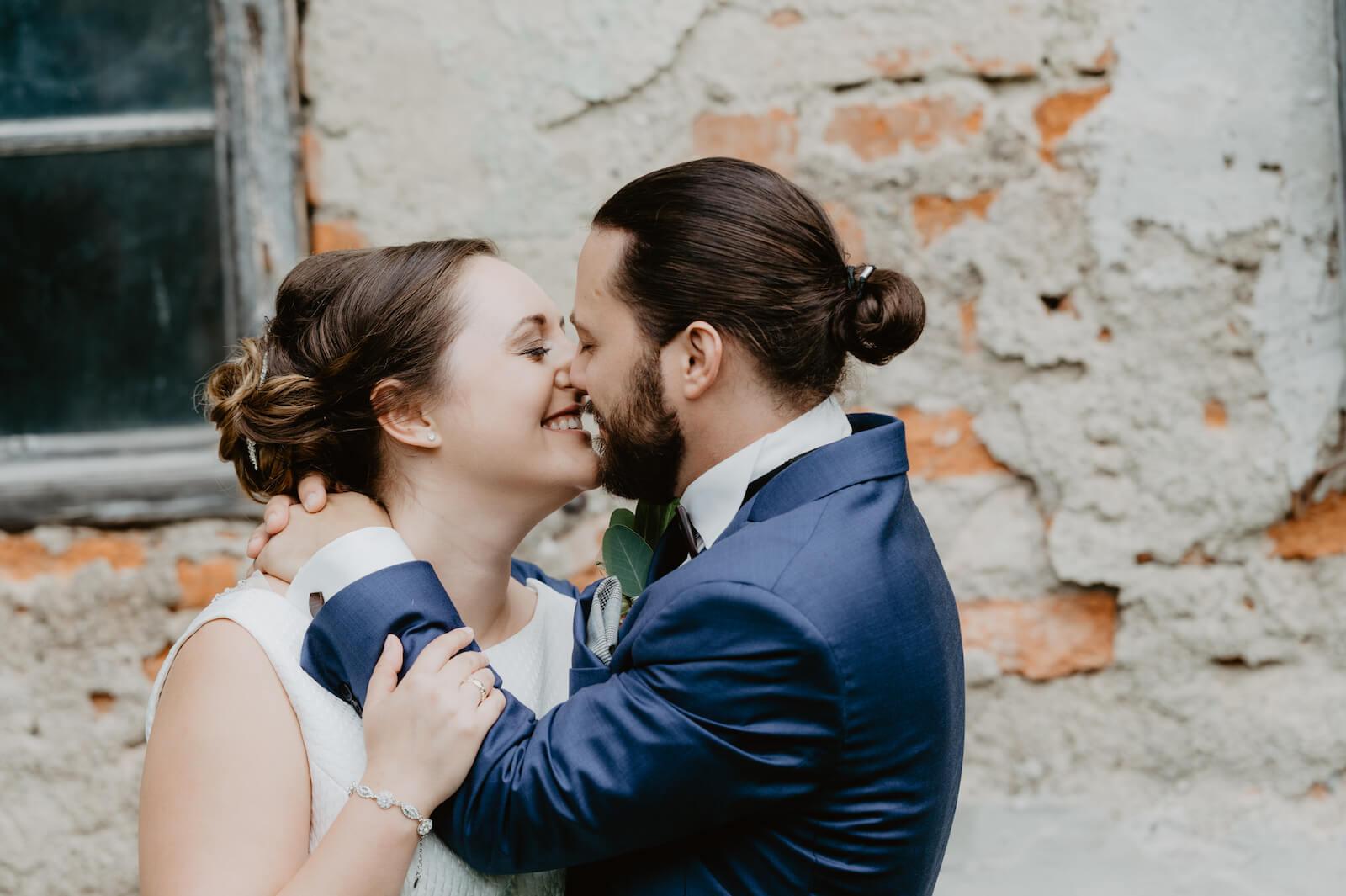 Gartenhochzeit Buchloe - das Brautpaar küsst sich