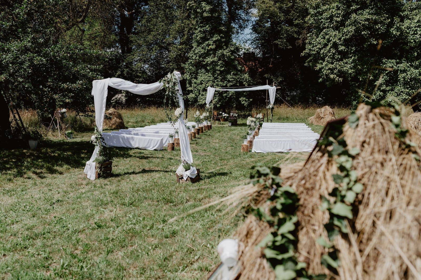 Gartenhochzeit Buchloe - die geschmückte Location im Garten
