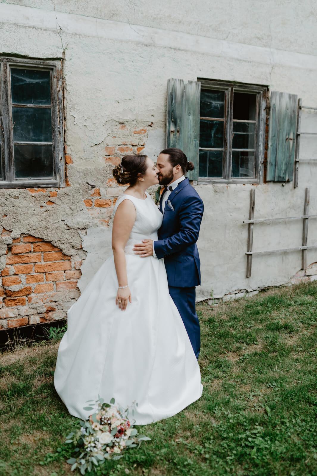 Gartenhochzeit Buchloe - Braut und Bräutigam küssen sich