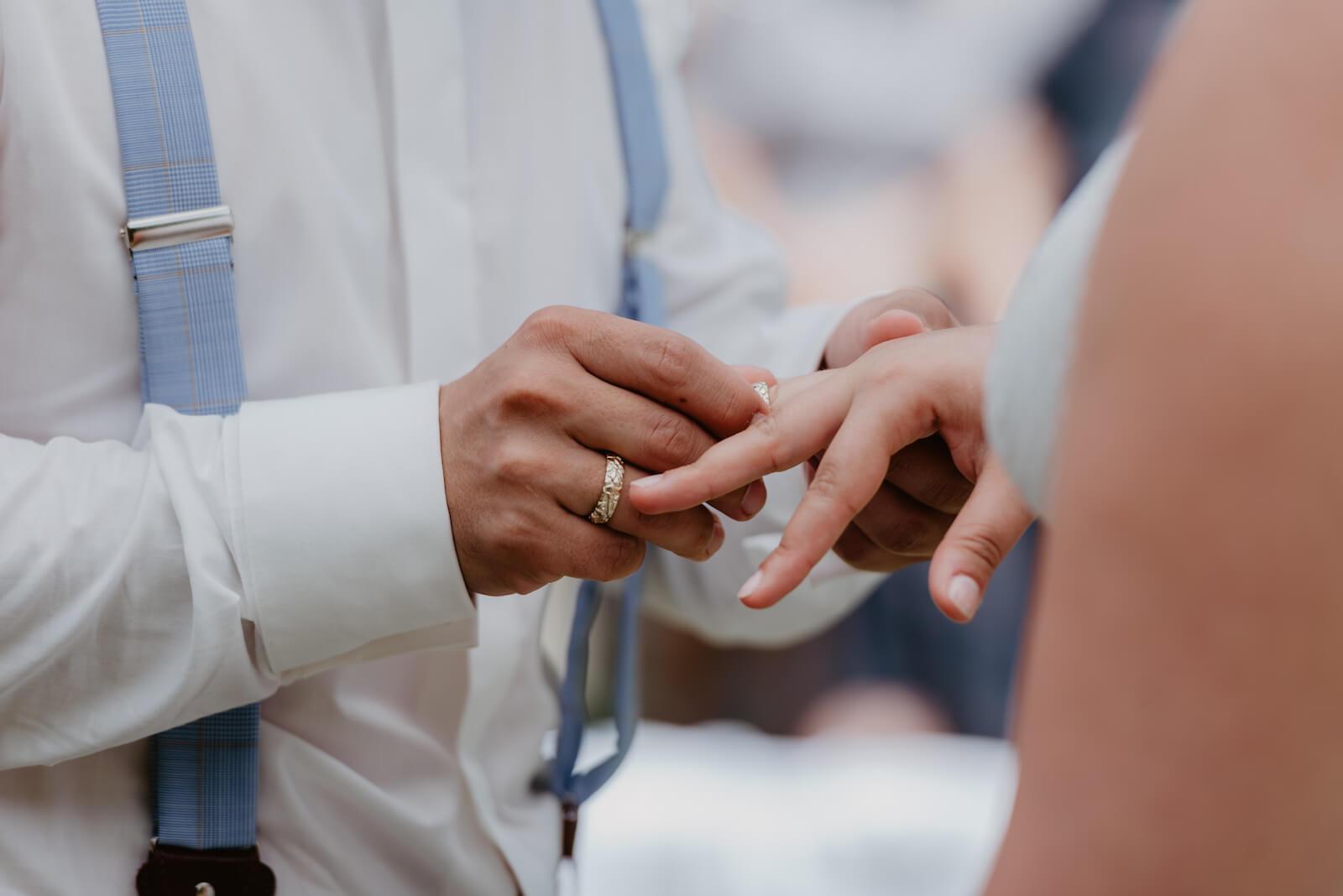 Gartenhochzeit Buchloe - Bräutigam steckt seiner Braut den Ring an