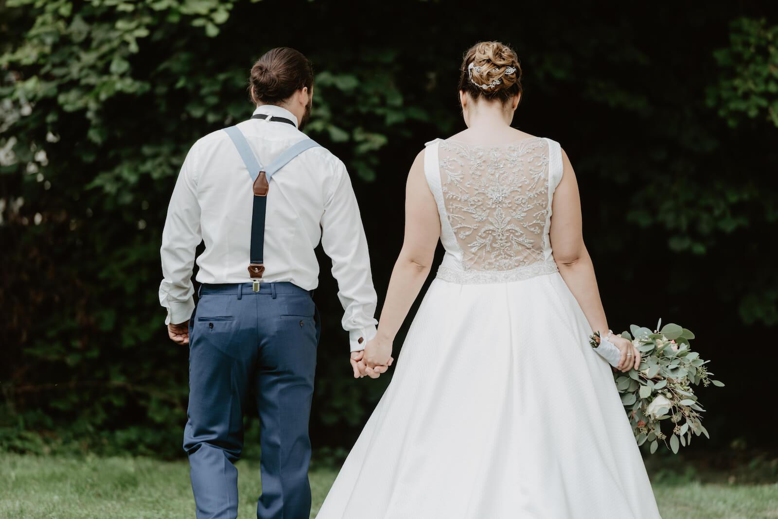 Gartenhochzeit Buchloe - Rückansicht des Brautpaares im Garten