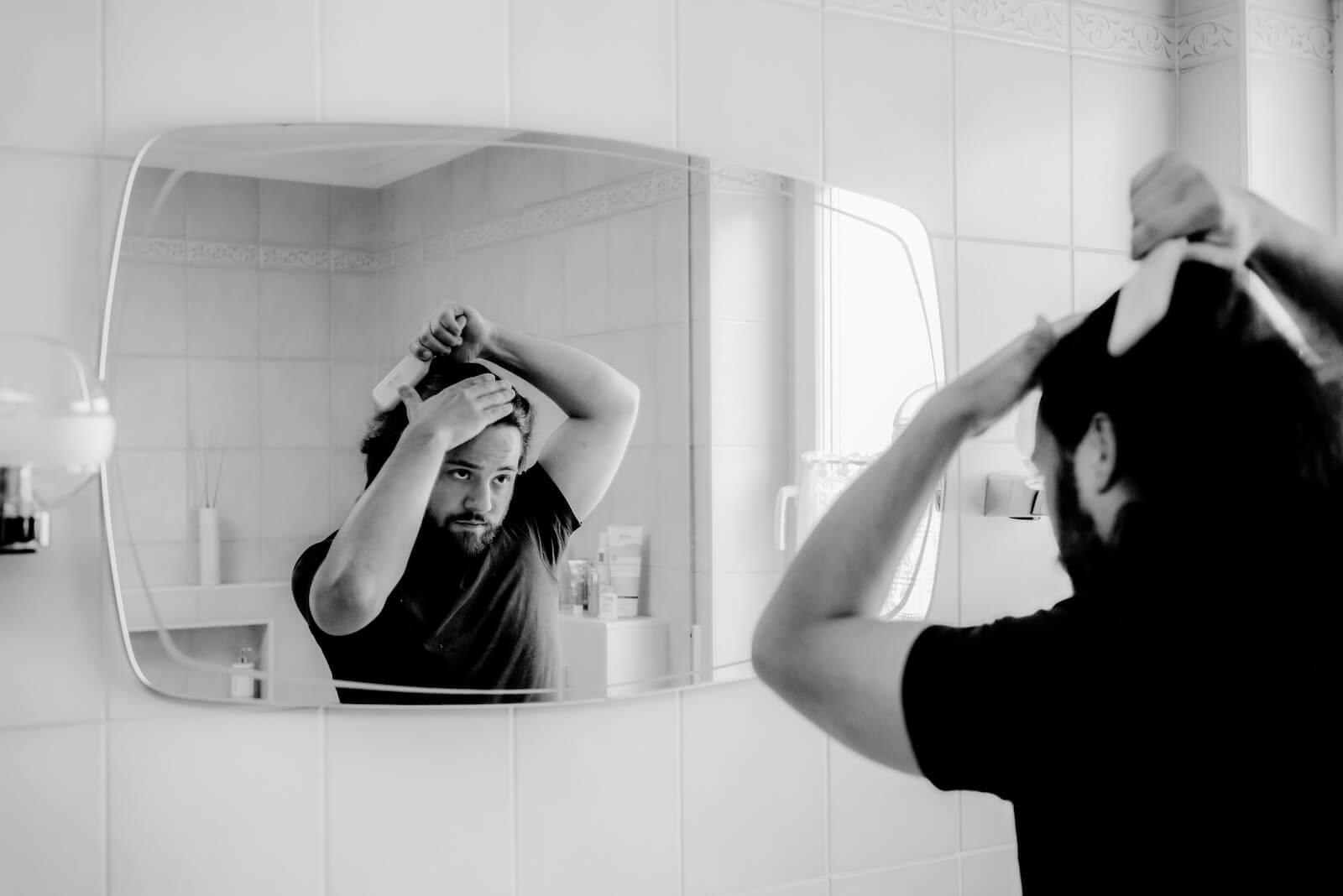 Gartenhochzeit Buchloe - getting ready, Bräutigam frisiert sich vor dem Spiegel