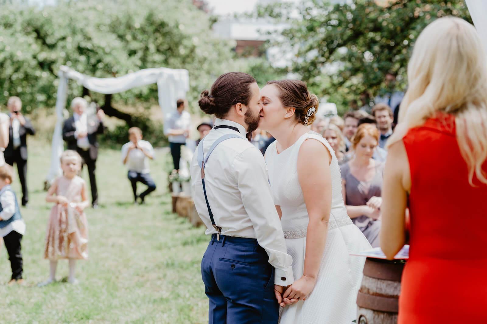 Gartenhochzeit Buchloe - Kuss nach der Zeremonie