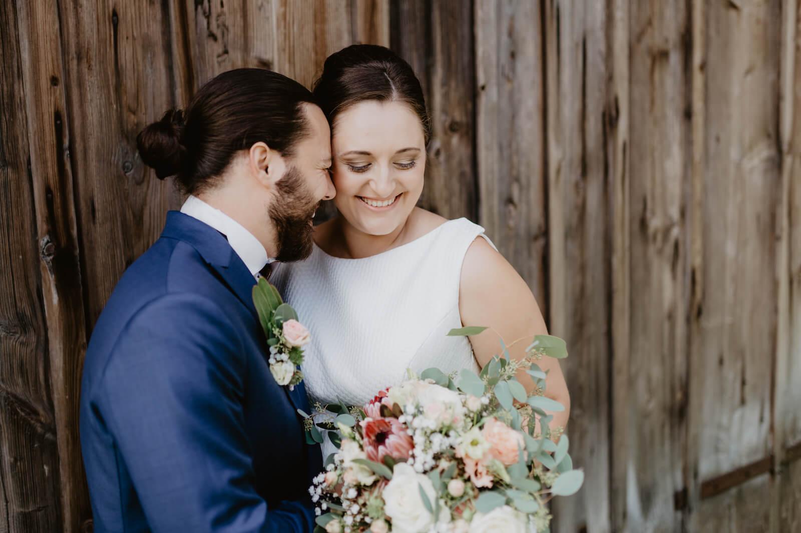 Gartenhochzeit Buchloe - Portrait des glücklichen Brautpaares
