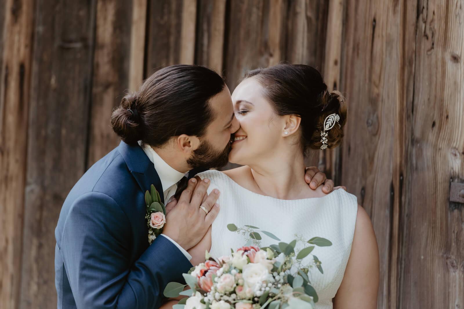 Gartenhochzeit Buchloe - das Braupaar beim Kuss