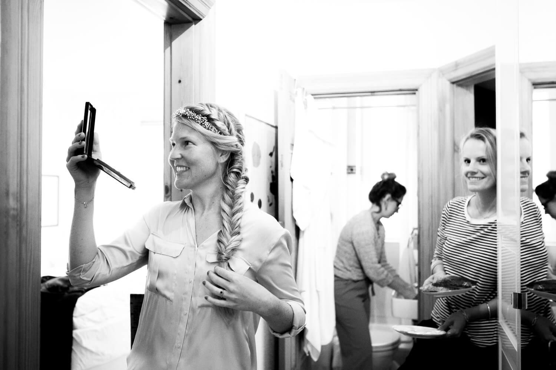 wedding fotografie - Braut betrachtet sich glücklich im Taschenspiegel