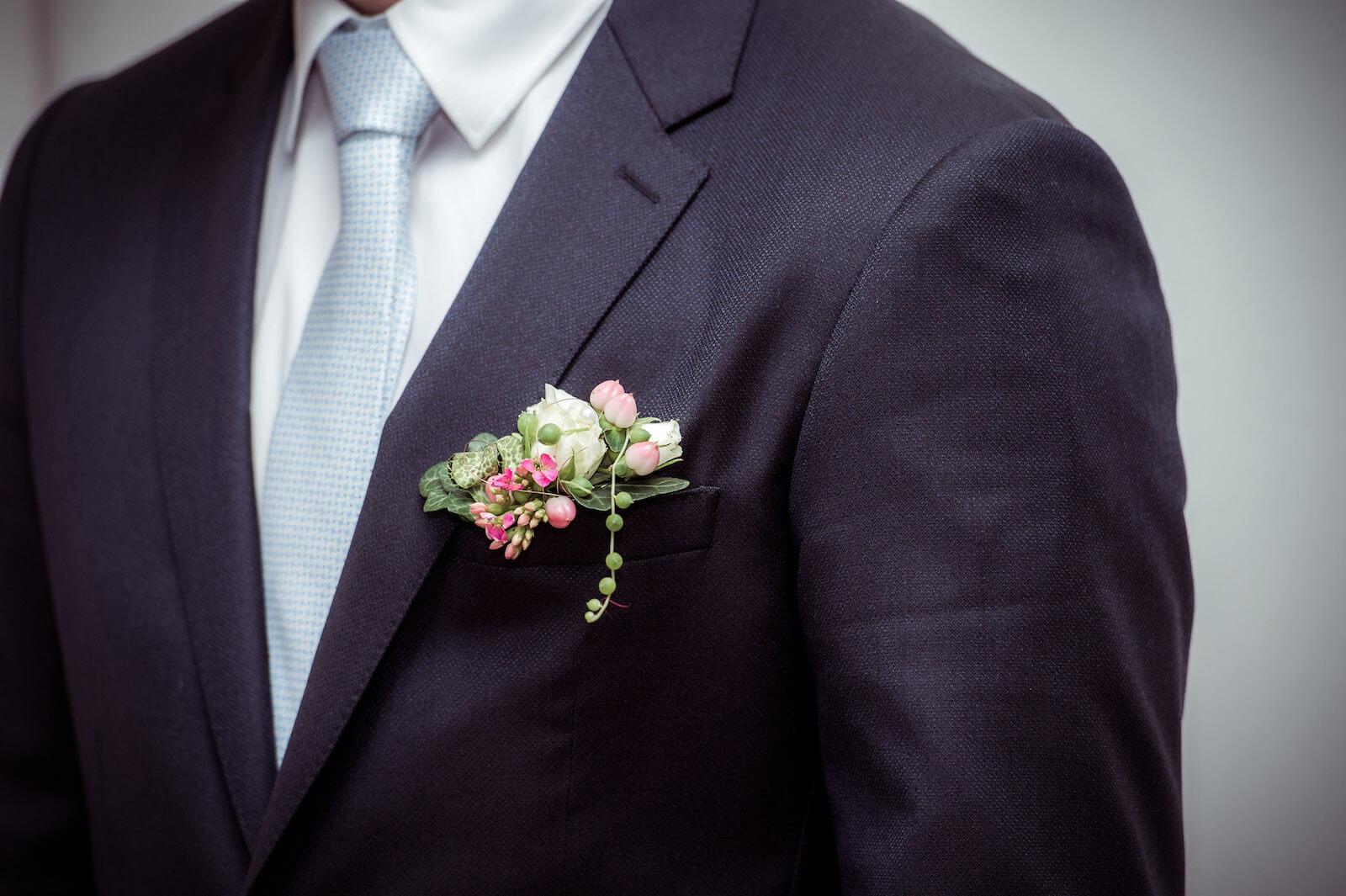 Hochzeit mit Babybauch - Bräutigam mit Blumenschmuck am Anzug