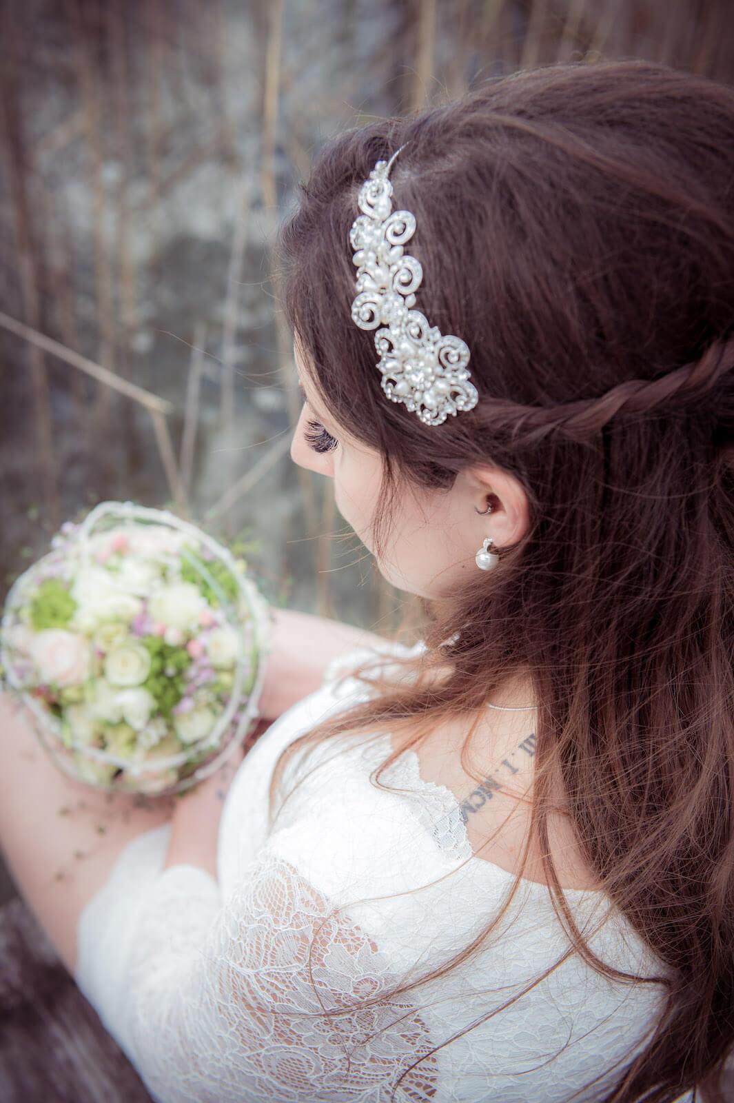 Hochzeit mit Babybauch - Braut mit ihrem Brautstrauß