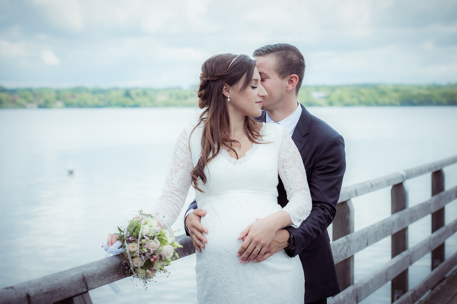 Hochzeit mit Babybauch - Brautpaar auf einem Steg am Ammersee