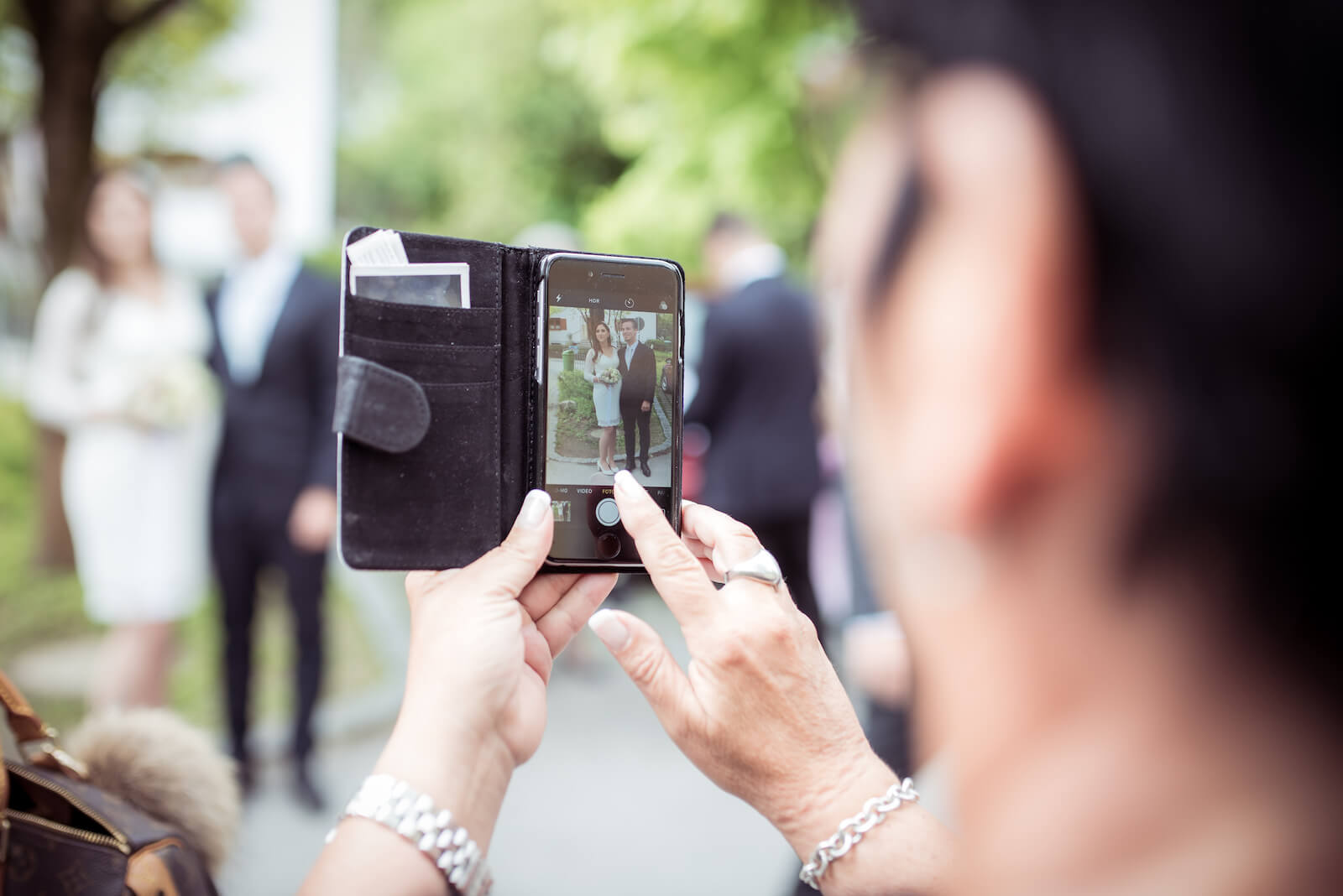 Hochzeit mit Babybauch - das Paar wird mit einem Iphone fotografiert